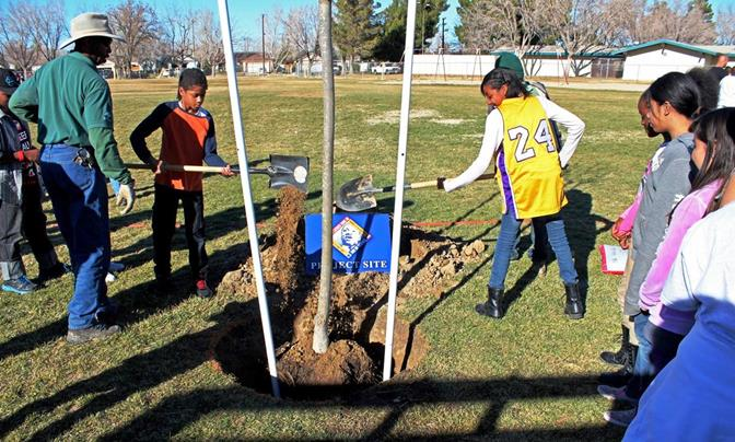 OneLINC was created to help Antelope Valley residents connect with community organizations and find local volunteer opportunities, such as the annual MLK Day of Service Projects. (Photo courtesy OneLINC website)