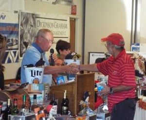 The event also included a raffle and auction. (LUIS MEZA)