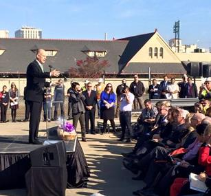 Gov. Brown delivering remarks to the audience. (California High-Speed Rail Authority)