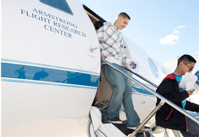 Students exit the G-II aircraft.